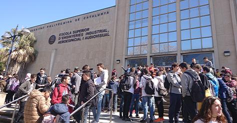 Estudiants a l'entrada de l'edifici TR5